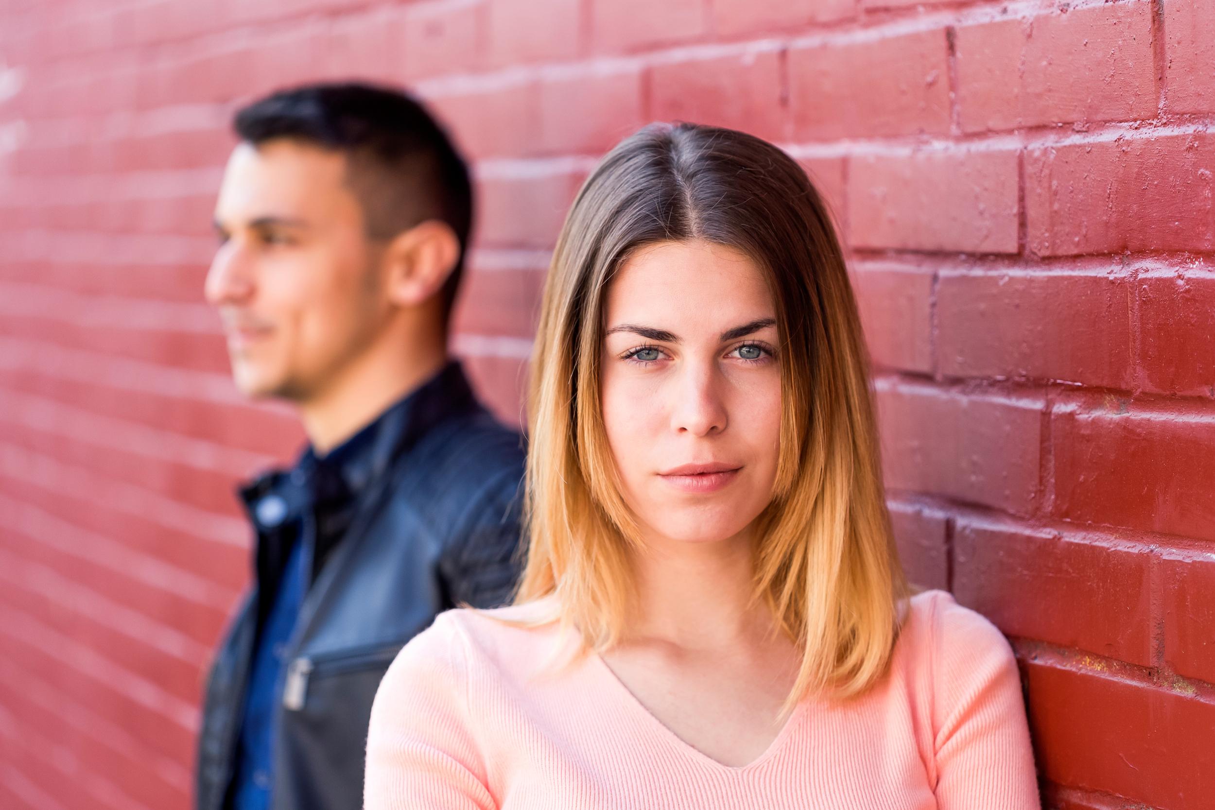 Ett par som tittar åt olika håll