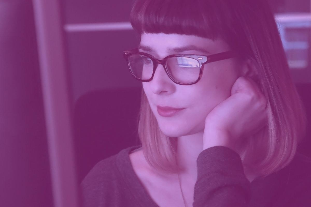 Kvinna framför dator.