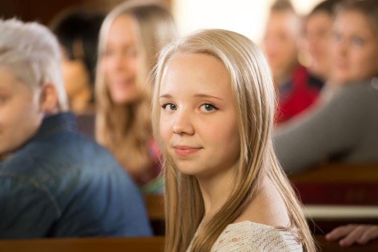 Nuori tyttö kirkossa