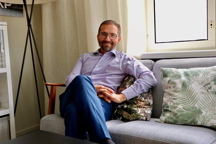 Pappa Fredrik Guseff sitter i en soffa